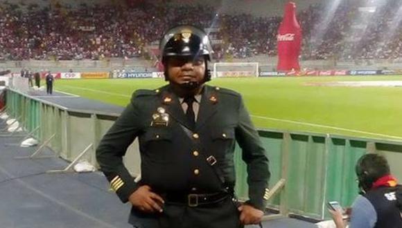 El comandante de la Policía Nacional, de 45 años, fue agredido por barristas durante clásico en Estadio Nacional. (Foto: Facebook)