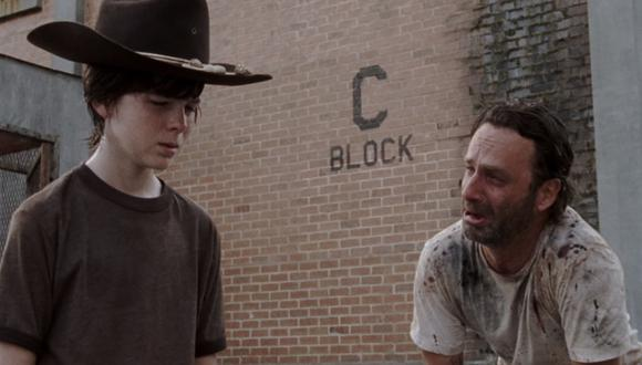 """A la izquierda, Chandleer Riggs como Carl Grimes en la temporada 3 de """"The Walking Dead"""". A la derecha, Andrew Lincoln como Rick Grimes. En esta escena, ambos comparten el dolor por una pérdida en su familia. Foto: Fox."""
