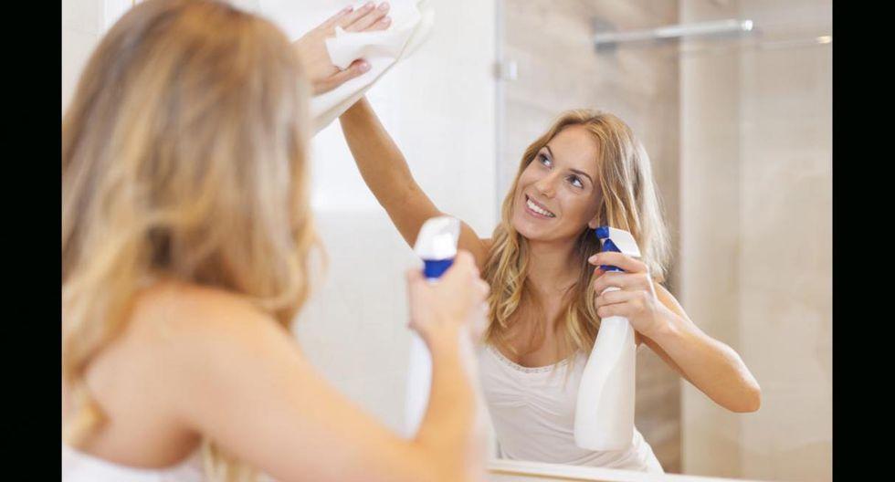 Limpia espejos y ventanas. Si buscas espejos y ventanas relucientes, la crema de afeitar es la mejor solución. Echa un poco de crema en los vidrios y con ayuda de un trapo pásalo por toda la superficie. Luego retira la crema con papel toalla. (Foto:Shutterstock)