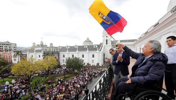 Lenín Moreno ondeó una bandera ecuatoriana con la que simbolizó así la vuelta a la normalidad en Quito. (AFP)