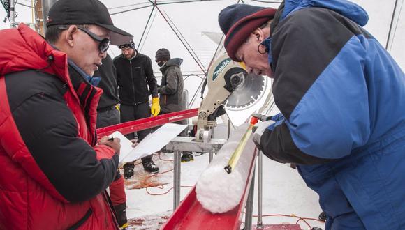 Yao Tandong, izquierda, y Lonnie Thompson, derecha, procesan un núcleo de hielo extraído del casquete glaciar Guliya en la meseta tibetana en 2015. El hielo contenía virus de casi 15.000 años de antigüedad, según un nuevo estudio. (LONNIE THOMPSON)