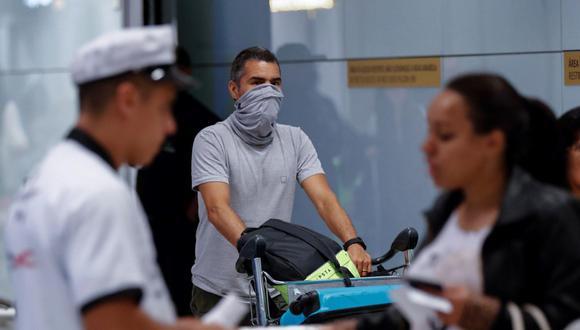 Pasajeros usan mascarillas para no contagiarse del nuevo coronavirus. (AFP).