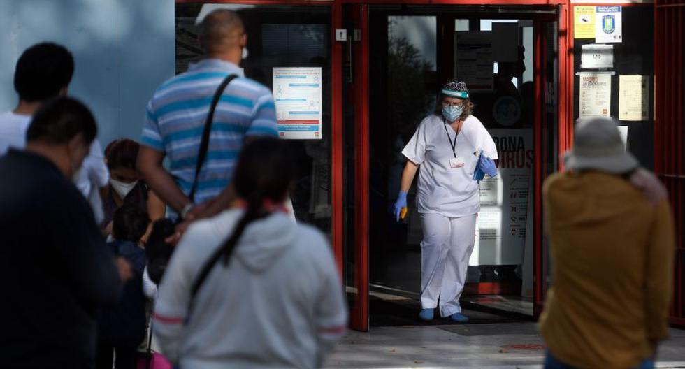 Esta foto del último lunes muestra a una enfermera que se dispone a recibir a pacientes en la entrada del centro de salud de Calesas en el barrio de Usera, uno de los que fue puesto bajo cierre parcial en Madrid ante el aumento de casos de la pandemia de coronavirus COVID-19. (Foto: AFP / Óscar del Pozo)
