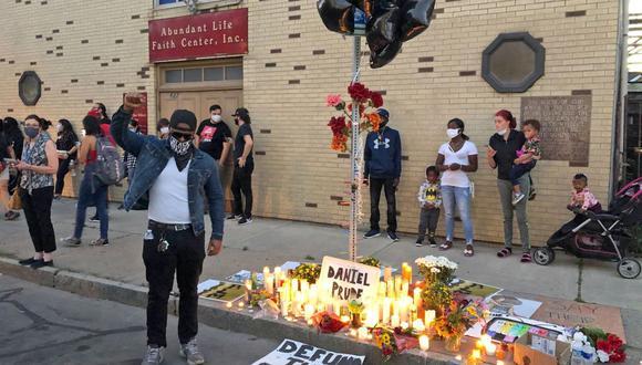 Un grupo de gente se reúne en el lugar en el que Daniel Prude fue asesinado a manos de la policía, el 23 de marzo de este año. (AP/Ted Shaffrey)