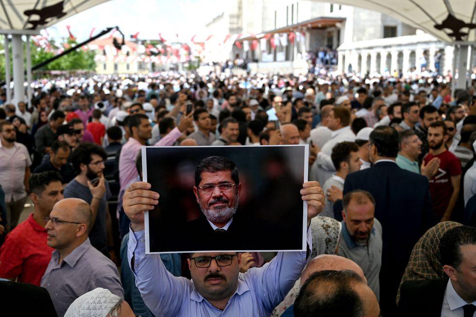 El ex presidente egipcio Mohamed Mursi estaba detenido desde hacía seis años y falleció en pleno juicio. (Reuters)