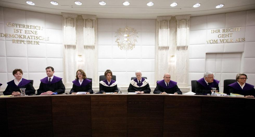 Hace cinco años el Tribunal Constitucional del país europeo declaró nula la segunda vuelta entre el ultraderechista Norbert Hofer y el independiente Alexander Van der Bellen, asegurando que existieron una serie de irregularidades que viciaron el proceso. (Foto: Georg Hochmuth / AFP)