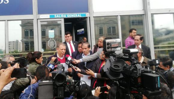 Marco Arana presentó denuncia contra Mercedes Araoz. Llegó a la sede del Mnisterio Público acompañado por Wilbert Rozas. (Foto: Difusión)