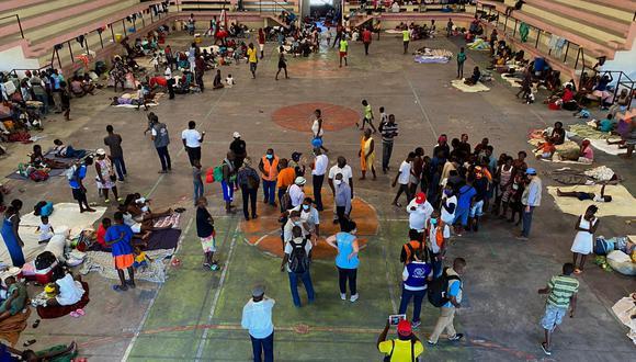 Bebés, niños, jóvenes, adultos, ancianos y mujeres embarazadas pasan el día en el suelo del Centro Deportivo de Carrefour, el local que ha acogido el mayor grupo de los cerca de 10.000 desplazados que han huido de sus casas en dos semanas de conflictos en Puerto Príncipe. (Foto: Boulet-Groulx / AP)