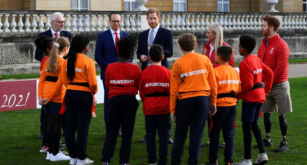 El príncipe Harry, nieto de Isabel II, hizo este jueves su primera aparición pública en el Palacio de Buckingham desde que él y su esposa Meghan sacudieron a la monarquía británica al renunciar a sus funciones como miembros de la familia real. (Foto: Reuters)