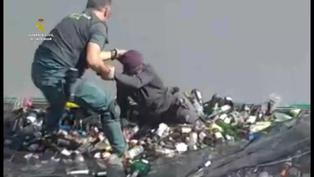 Hallan a un migrante con vida escondido en un saco con restos tóxicos en España