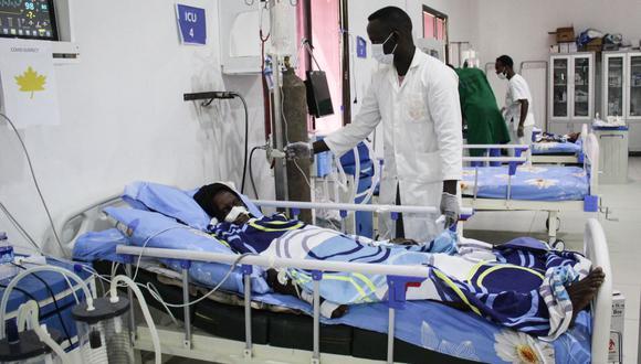 Un médico atiende a un paciente infectado con el coronavirus COVID-19 en la Unidad de Cuidados Intensivos (UCI) del hospital Martini en Mogadishu, Somalia. (Foto de STR / AFP).