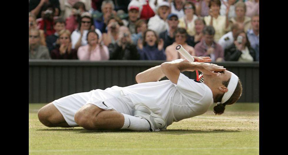 Roger Federer obtuvo su segundo Wimbledon al derrotar a Andy Roddick por 4-6, 7-5, 7-6(3), 6-4. (Foto: AFP/Reuters)