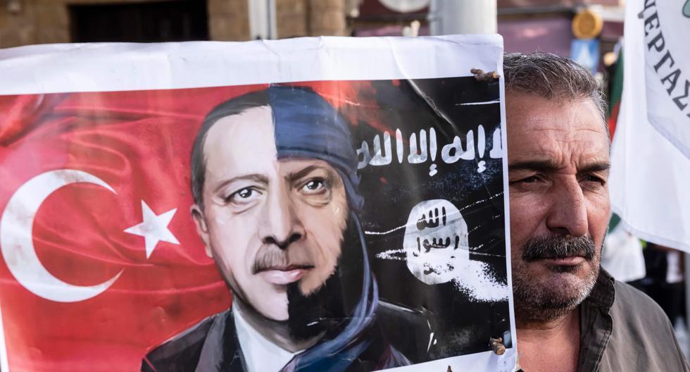 Un manifestante lleva una pancarta con el retrato del presidente turco Recep Tayyip Erdogan, durante una marcha en la capital chipriota de Nicosia. (AFP / Iakovos Hatzistavrou).