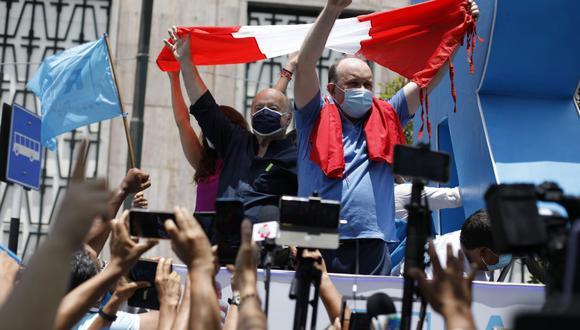 Hernando de Soto acudió el viernes al plantón organizado por Rafael López Aliaga, cuya continuidad en las elecciones estaba siendo evaluada por el JNE (Foto: GEC)