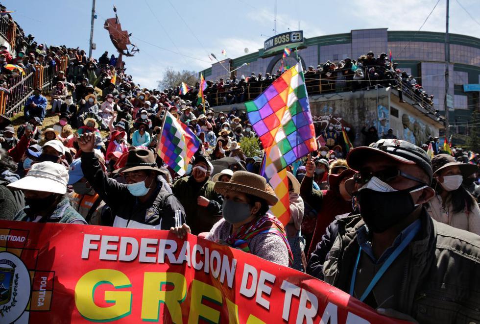 Los vendedores ambulantes asisten a un mitin en un punto de bloqueo exigiendo la renuncia de la presidenta de Bolivia, Jeanine Anez. (REUTERS/David Mercado).
