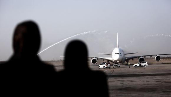 Imagen referencial. Mujeres iraníes ven un avión  en el aeropuerto IKA de Teherán (Irán), el 30 de septiembre de 2014.  (BEHROUZ MEHRI / AFP).
