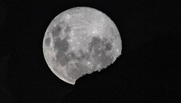 Imagen de la superluna la madrugada del 7 de abril en Santiago de Chile. (Foto: Martin BERNETTI / AFP)
