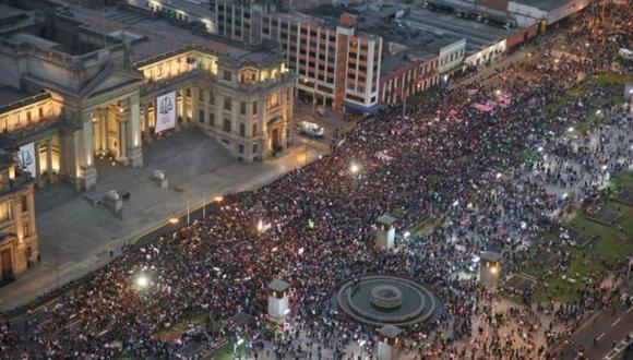 Miles se congregan ahora frente al Palacio de Justicia. (Foto: Andina)