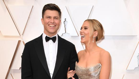 """Scarlett Johansson y Colin Jost en la ceremonia de los premios Oscar 2020. La pareja se casó en secreto y la noticia fue revelada por la ONG """"Meals on Wheels"""" (Foto: Robyn Beck para AFP)"""