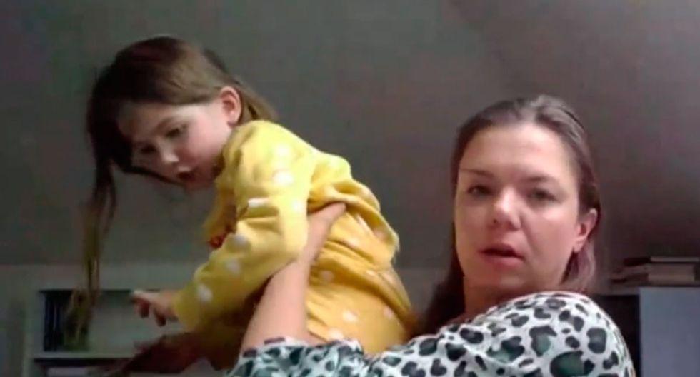 La pequeña Scarlett interrumpió la entrevista de su madre con la BBC. Miras las imágenes. (Foto: Scott Bryan/Twitter)