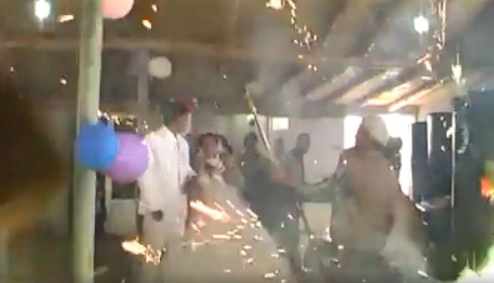 Una página de Facebook en Colombia compartió el sorpresivo video viral de una boda que casi se incencia por manejo de fuegos artificiales. (Foto: Captura)