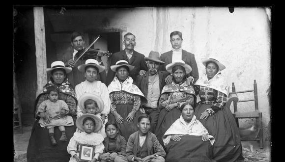 Familia andina captada por el fotógrafo jaujino. Uno de los niños lleva el retrato enmarcado del familiar ausente.