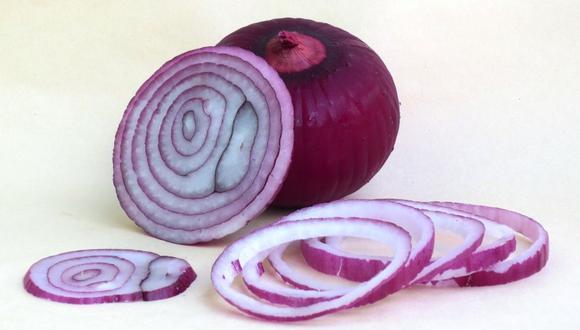 Enfriar la cebolla antes de cortarla puede evitar el lagrimeo (Foto: freepik)