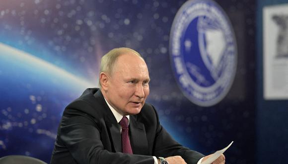 El presidente ruso, Vladimir Putin, celebra una reunión sobre el desarrollo de la industria espacial del país en Engels el 12 de abril de 2021. (Foto de Alexey DRUZHININ / SPUTNIK / AFP).