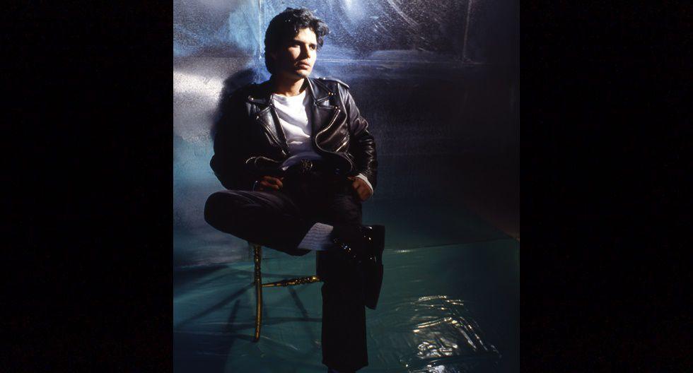 """En 1996, el tema """"Me estoy enamorando"""" de Pedro Suárez Vértiz copó las radios de la época junto a """"Mi auto era una rana"""", """"Los globos del cielo"""" y """"Sé que todo ha acabado ya"""", todas canciones del disco """"Póntelo en la lengua"""", el álbum más exitoso del compositor peruano."""