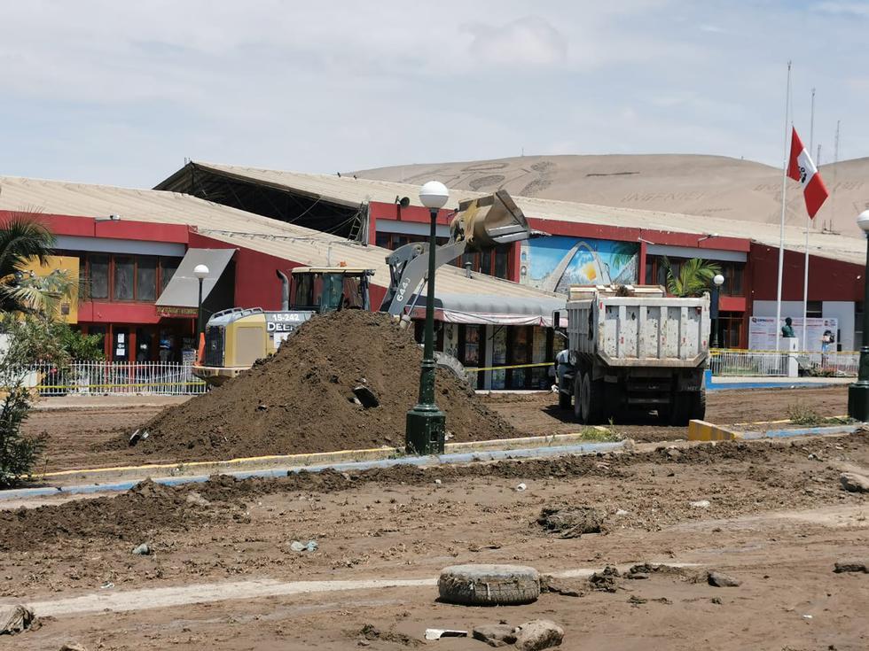 Montículos de lodo son removidos por maquinarias. (Foto: Municipalidad Provincial de Tacna)