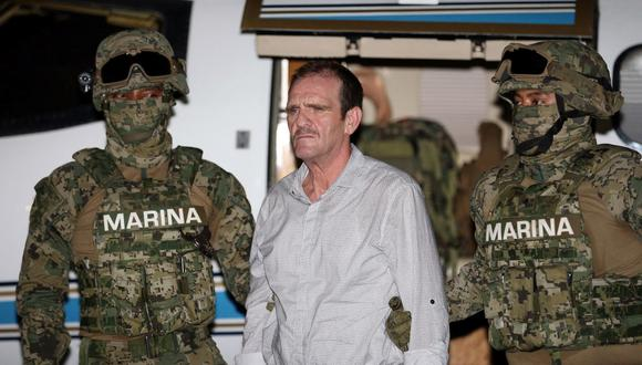 El narcotraficante Héctor 'El Guero' Palma es escoltado por soldados de la Armada de México durante su llegada al hangar perteneciente a la Fiscalía General de la Nación en la Ciudad de México, el 15 de junio de 2016. (Mexico's General Attorney office/REUTERS).