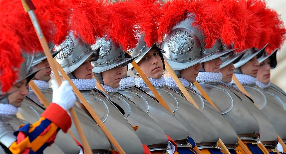 La Guardia Suiza, que desde más de 500 años se ocupa de la seguridad del papa, se adapta a los tiempos con el uso de redes sociales para atraer a los jóvenes ante la escasez de nuevos reclutas. (EFE)