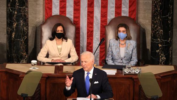 El presidente de Estados Unidos, Joe Biden, se dirige a una sesión conjunta del congreso mientras la vicepresidenta Kamala Harris (izq.) y la presidenta de la Cámara de Representantes, Nancy Pelosi, escuchan. (Chip Somodevilla / AFP).