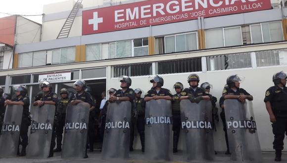 Policías llegaron hasta los exteriores del hospital Casimiro Ulloa, en Miraflores, en donde el ex presidente Alan García es intervenido quirúrgicamente. (Foto: Alessandro Currarino / GEC)