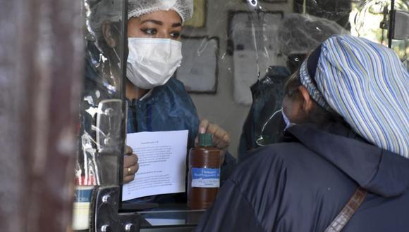 Todas las mañanas se forman largas filas en Cochabamba, una de las ciudades bolivianas más afectadas por la nueva pandemia de coronavirus, mientras la gente espera para comprar pequeñas botellas de cloro. (Foto: AP / Dico Solis / Archivo).