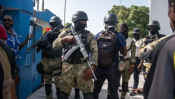 Policías custodian a un grupo de sospechosos de haber participado en el asesinato del presidente haitiano, Jovenel Moise, en Puerto Príncipe (Haití). (Foto: EFE/ Jean Marc Hervé Abélard).