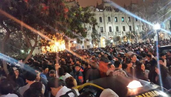 Gente esperando en el frontis del Hotel Bolívar. (Foto: Twitter @MingoGS)