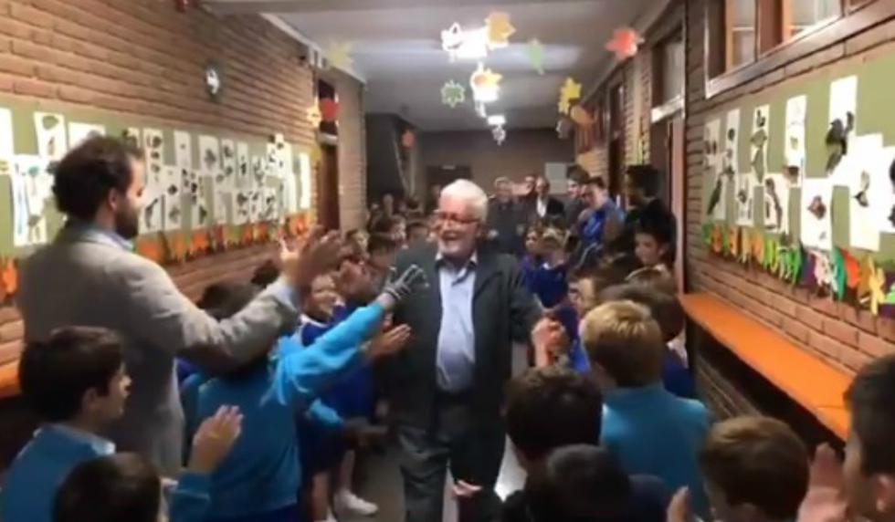 Se hizo viral la despedida que alumnos y colegas le prepararon a un docente que trabajó durante 43 años en la misma escuela. (Foto: Captura)