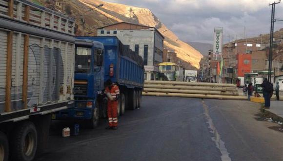 La Oroya: Policía intenta desbloquear la Carretera Central