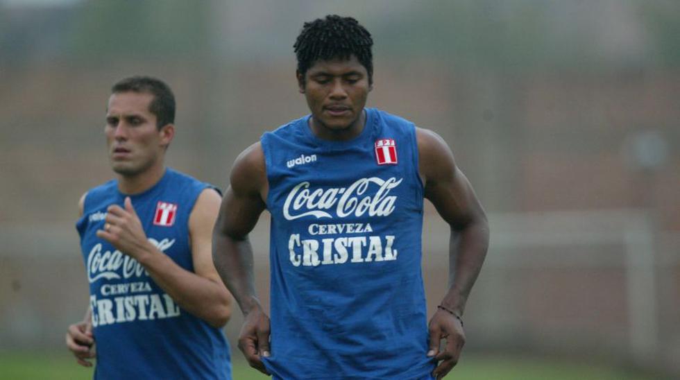 Leao junto a Juan Flores previo a un partido eliminatorio el año 2005. (Foto: El Comercio)