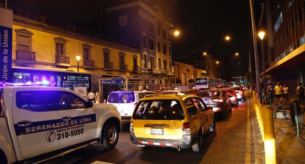Corte de luz se registró desde las 6 de la tarde. Pasajeros tuvieron que pagar en efectivo para acceder al sistema de transporte. (Foto: José Rojas / El Comercio)