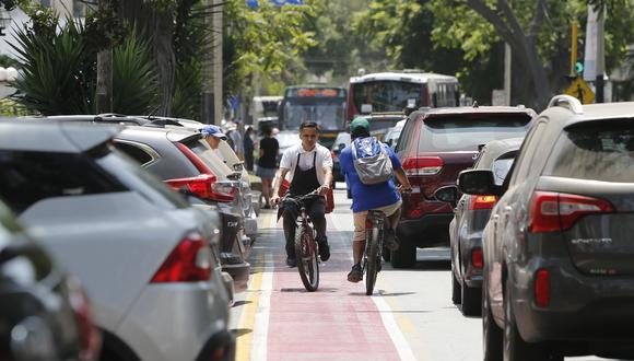 En el 2014 el Ministerio de Vivienda estableció los lineamientos para la construcción de ciclovías. Sin embargo, pocas de estas vías cumplen con las medidas mínimas dictadas por el sector. Varias en Miraflores ni siquiera alcanzan el metro de ancho. (Foto: Francisco Neyra/El Comercio).