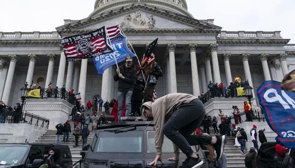 En esta foto de archivo tomada el 6 de enero de 2021, Los partidarios del presidente de Estados Unidos, Donald Trump, protestan frente al Capitolio. (Foto de ALEX EDELMAN / AFP).