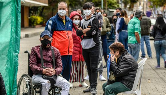 Coronavirus en Colombia | Últimas noticias | Último minuto: reporte de infectados y muertos hoy, sábado 17 de octubre del 2020 | Covid-19 | La gente espera en la fila para hacerse la prueba del Covid-19 en Bogotá. (Foto: AFP / Juan BARRETO).