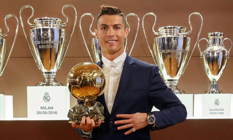 Cristiano Ronaldo mostrando uno de sus Balones de Oro. (Foto: AFP).