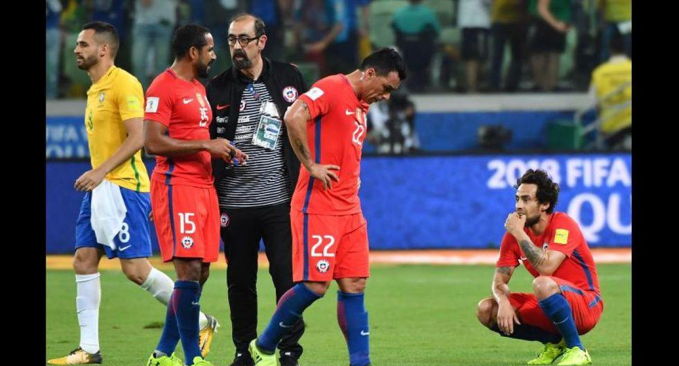 Los futbolistas de la selección chilena devastados luego de caer goleados ante Brasil. (Foto: Agencias)