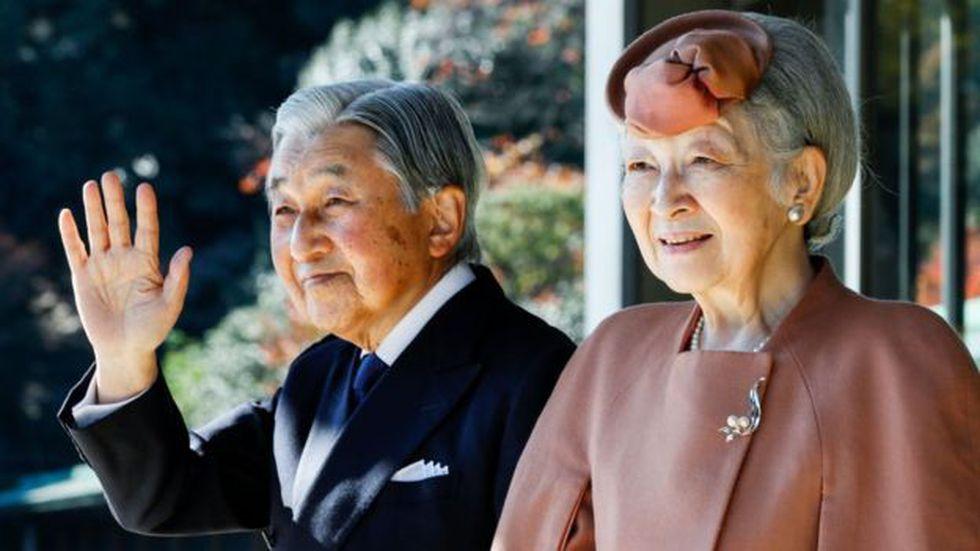 El emperador Akihito, al lado de la emperatriz Michiko, declaró que su avanzada edad hace difícil el cumplimiento de sus deberes. Foto: AFP/GETTY IMAGES, vía BBC Mundo