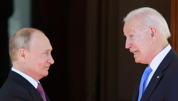 El presidente de Estados Unidos, Joe Biden (der.) y su homólogo de Rusia, Vladimir Putin, se saludan durante la cumbre en Ginebra. (EFE / EPA / DENIS BALIBOUSE).