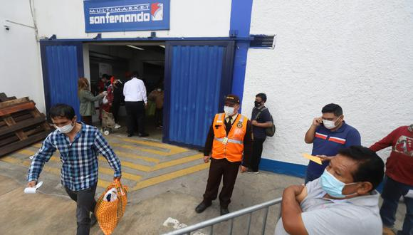 San Fernando habilita buses para redistribuir largas colas por recojo de pavos. Foto: Eduardo Cavero/ @photo.gec