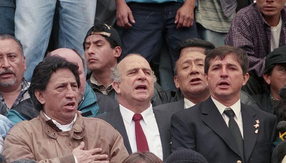 El 28 de julio del 2000 el líder de Perú Posible, Alejandro Toledo, canta el himno nacional en la Plaza San Martín acompañado de Carlos Ferrero Costa durante la Marcha de los Cuatro Suyos. (Foto: Mayu Mohanna / El Comercio)